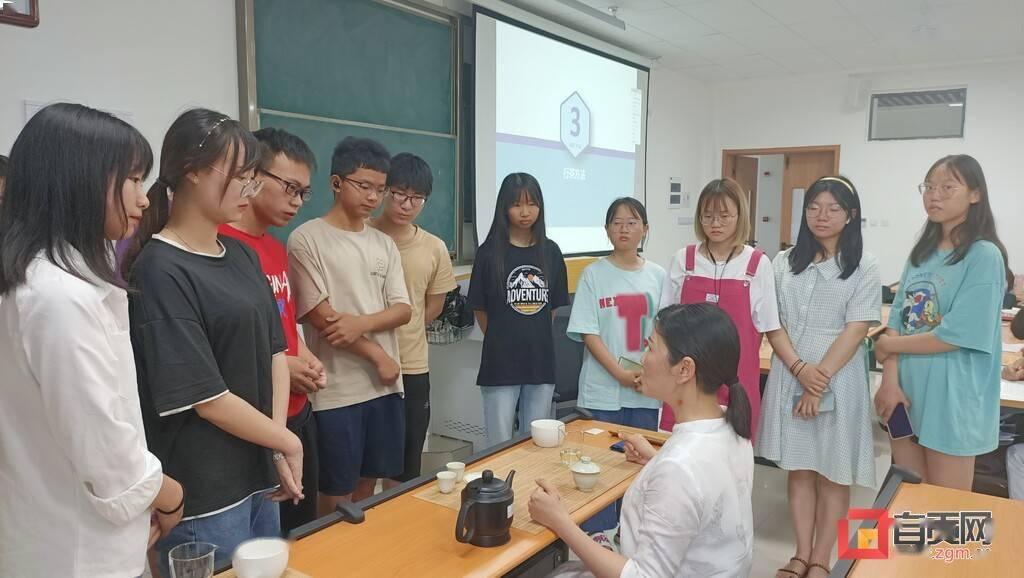 茶韵飘香进校园 学生来当茶艺师